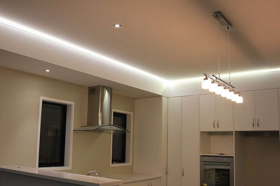 corner peninsula kitchen with led lights. strisce led su ...