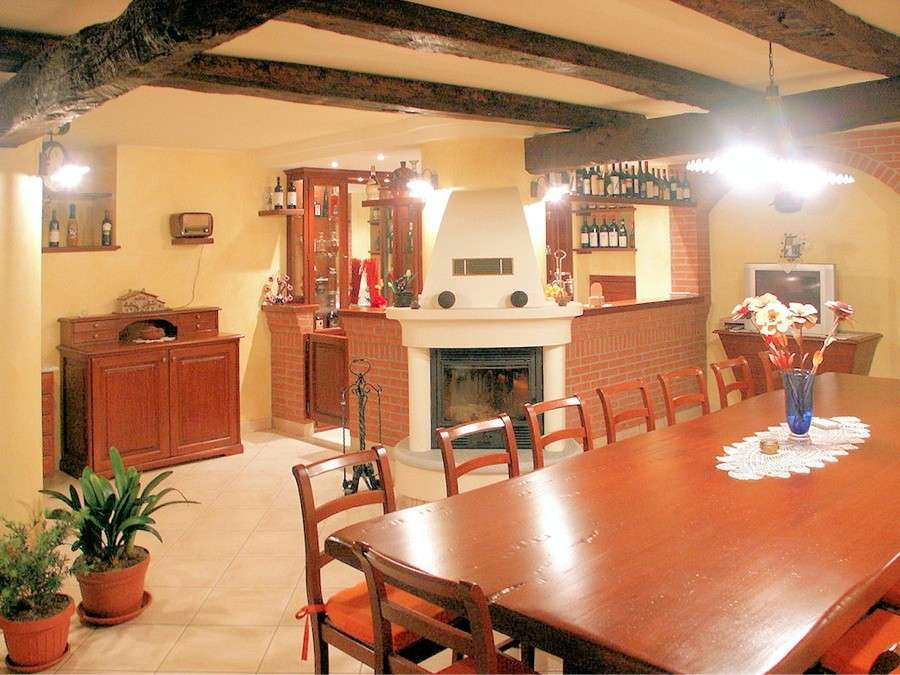 Taverna con travi in legno for Arredare la cantina