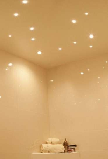 Decorare il soffitto con le luci