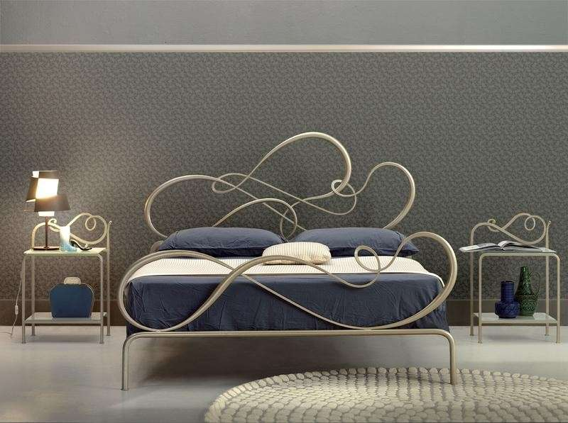 Letto dalle linee sinuose