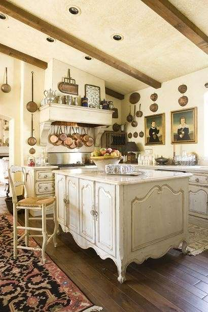 Cucina country, con quadri