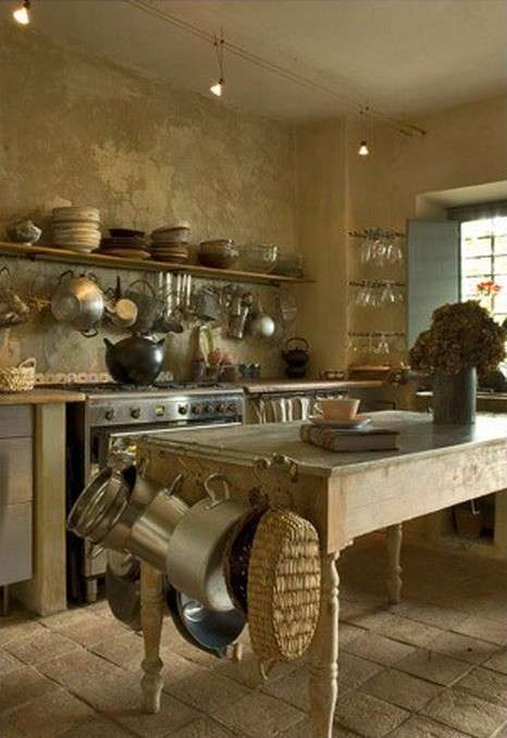 Cucina country, pentole a vista