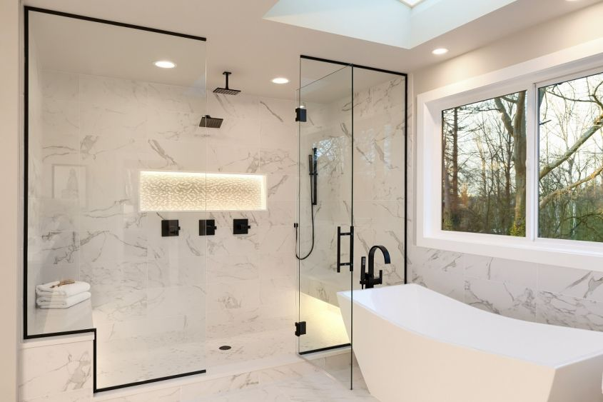 Detailes,Of,The,Larhe,Walk,In,Shower,With,White,Marble