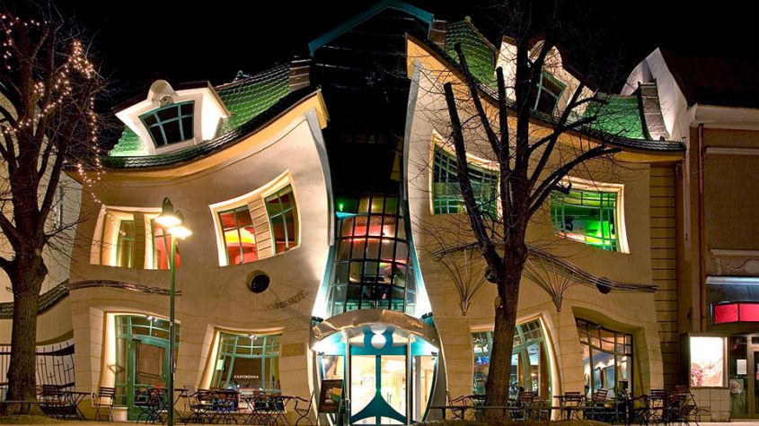 The Crooked House in Polonia
